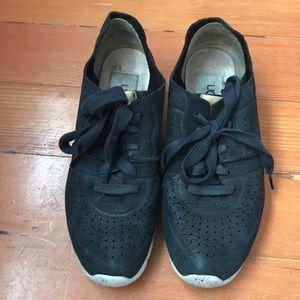 Ugg Tye sneakers barely worn size 5.5